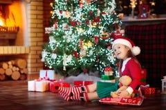 Barn på julgranen Unge på spisen på Xmas royaltyfri bild