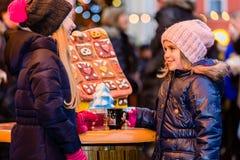 Barn på julmarknad med pepparkakan Royaltyfri Fotografi