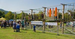 Barn på klättringen/Slacklinen Arkivfoto