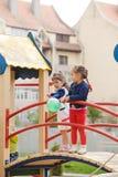 Barn på lekplatsen Arkivfoton