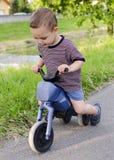 Barn på leksakcykeln Royaltyfria Bilder