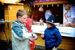 Barn på påskmarknaden Royaltyfri Bild