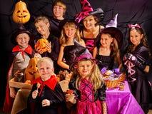Barn på pumpa för Halloween partidanande Fotografering för Bildbyråer