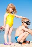 Barn på sjösidan royaltyfria bilder