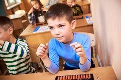 Barn på skola, mental aritmetisk arkivbild