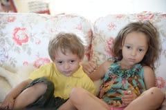 Barn på soffan Arkivbilder