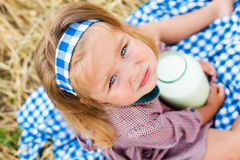 Barn på sommarnaturen Royaltyfri Fotografi