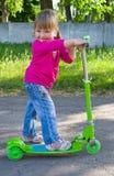 Barn på sparkcykeln Arkivbild