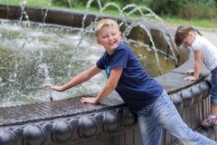 Barn på springbrunnen Fotografering för Bildbyråer