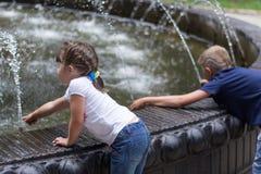 Barn på springbrunnen Royaltyfri Foto