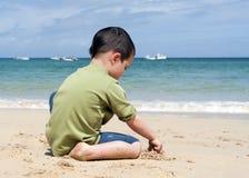 Barn på strand Arkivfoton