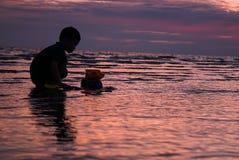 Barn på stranden Arkivfoton