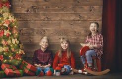 Barn på träbakgrund arkivbild