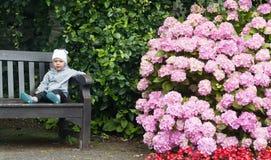 Barn på trädgården Arkivfoto
