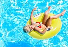 Barn på uppblåsbar i simbassäng. Royaltyfria Bilder