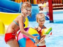Barn på vattenglidbana på aquapark. Arkivfoto