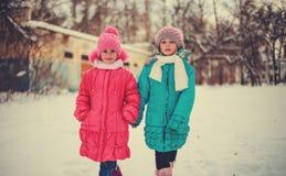 Barn på vintervägar Arkivbild
