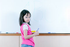 Barn på whiteboarden Arkivbilder
