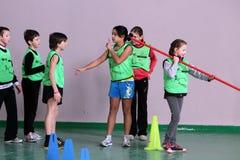 Barn på friidrottkonkurrensen för IAAF Kidâs Arkivfoton