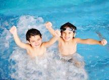 Barn på pölen, lycka Royaltyfria Bilder