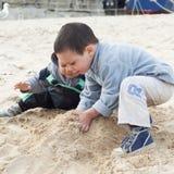Barn på strand Arkivbild