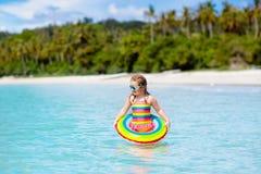 Barn p? tropisk strand Havssemester med ungar royaltyfri foto
