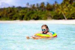 Barn p? tropisk strand Havssemester med ungar arkivfoton