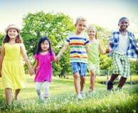 Barn parkerar skämtsamt begrepp för vänFriendness lycka arkivbild