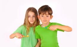 Barn broder avslutar systern borstar deras tänder Royaltyfria Bilder