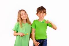 Vård- - brodern avslutar systern borstar deras tänder Arkivbild