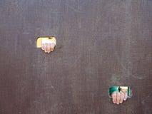 Barn räcker med små fingrar till och med hålet i träklättringväggstege på ungelekplats Royaltyfria Foton