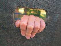 Barn räcker med små fingrar till och med hålet i träklättringväggstege på ungelekplats Royaltyfri Fotografi