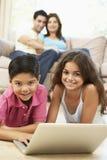 barn returnerar att använda för bärbar dator royaltyfri foto