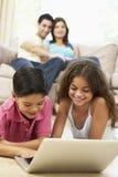 barn returnerar att använda för bärbar dator Royaltyfria Foton