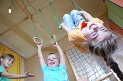 barn returnerar att leka Arkivbilder