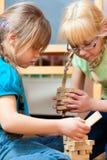 barn returnerar att leka Arkivfoton