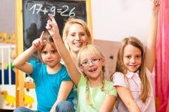 barn returnerar den leka skolan Fotografering för Bildbyråer