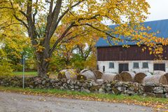 Barn by the road Royalty Free Stock Images