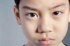 barn rolig pojke little Stilig pojke med blåtiror Royaltyfria Bilder