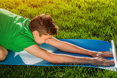 Barn` s poserar Övande Yoga Royaltyfri Bild