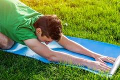 Barn` s poserar Övande Yoga Arkivfoton