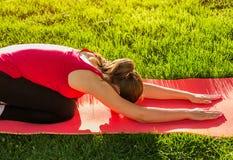 Barn` s poserar Övande Yoga Royaltyfri Fotografi