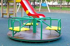 Barn` s som kretsar karusell i parkera Lekplatsen för barn` s i det offentligt parkerar Ryssland Höst royaltyfri bild