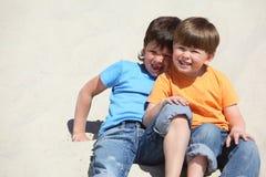 barn sand sitter två royaltyfri fotografi