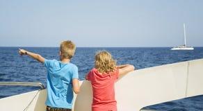 Barn ser havet från fartygdäcket Royaltyfria Bilder