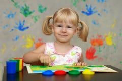 Barn ser världen i ljusa magiska färger Arkivfoton