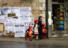 Barn skynda sig för att leverera Purim matgåvor, Jerusalem, Israel, mars 13th, 2017 Royaltyfri Fotografi