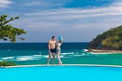 Barn som älskar lyckliga par på den tropiska stranden Sommarsemester Co Arkivbild
