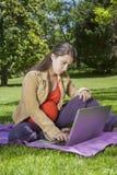Barn som är gravid med bärbara datorn Arkivbilder