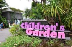 Barn som är trädgårds- på trädgårdar vid fjärden Royaltyfri Bild